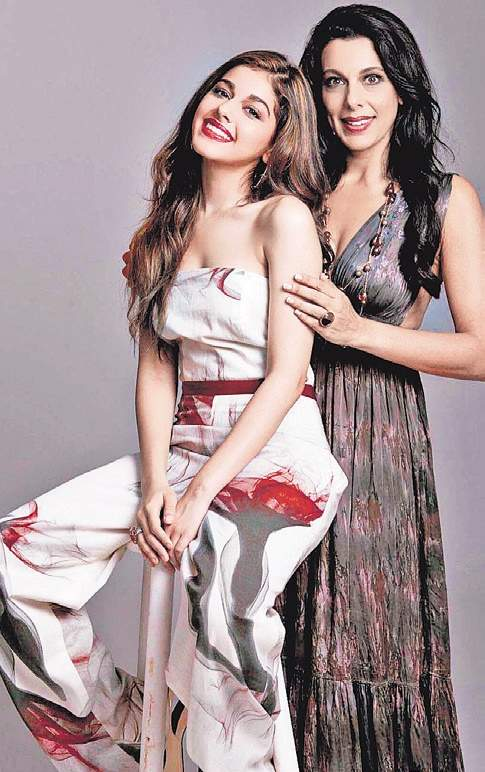 alaia f with mother pooja bedi